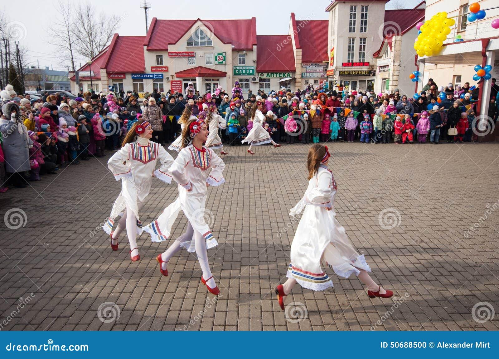 Download 反弹fairyes 编辑类图片. 图片 包括有 孩子, 上涨, 乐趣, 舞蹈, 宴餐, 俄式薄煎饼, 人群 - 50688500