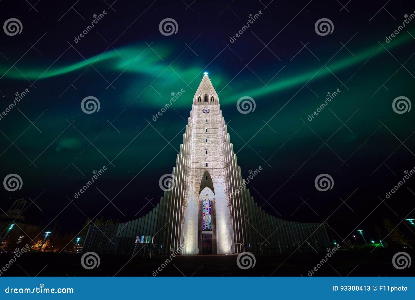 发光在教会的北极光在雷克雅未克