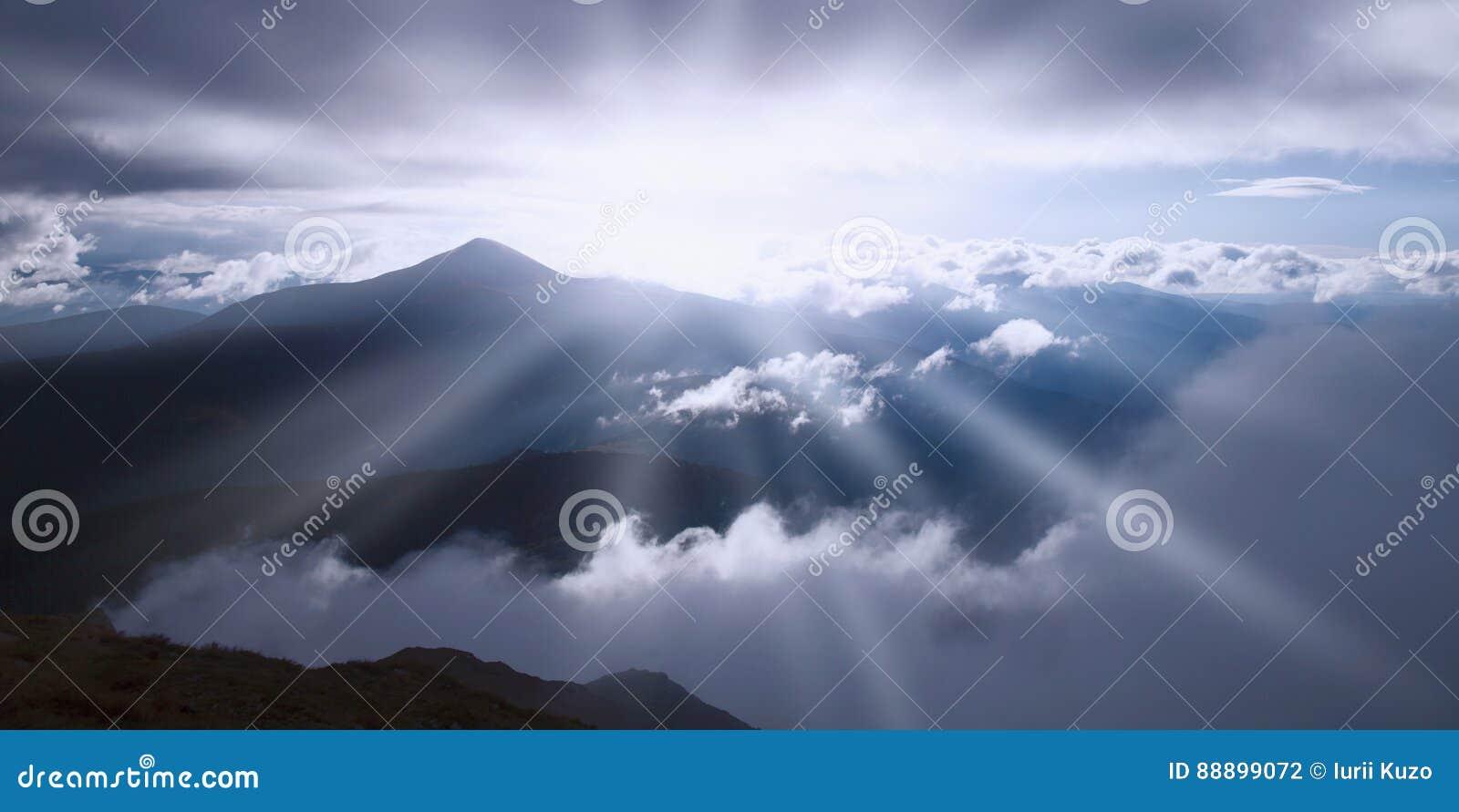 发光在阳光下山的美丽如画的看法,