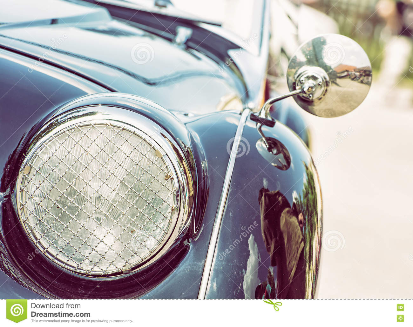 发光的蓝色葡萄酒汽车,车灯的细节视图,照片filt