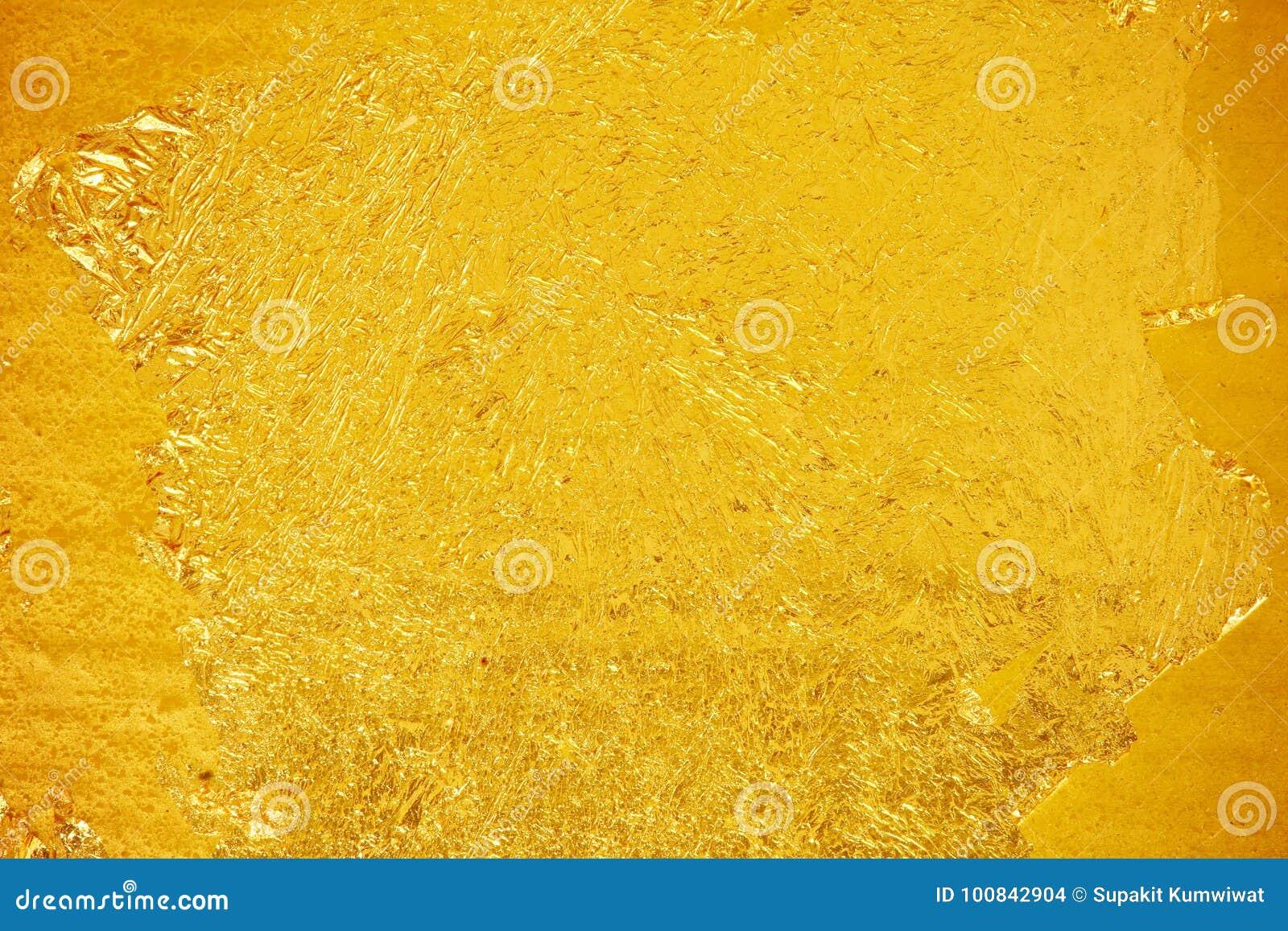 发光的黄色叶子黑暗的金箔纹理背景