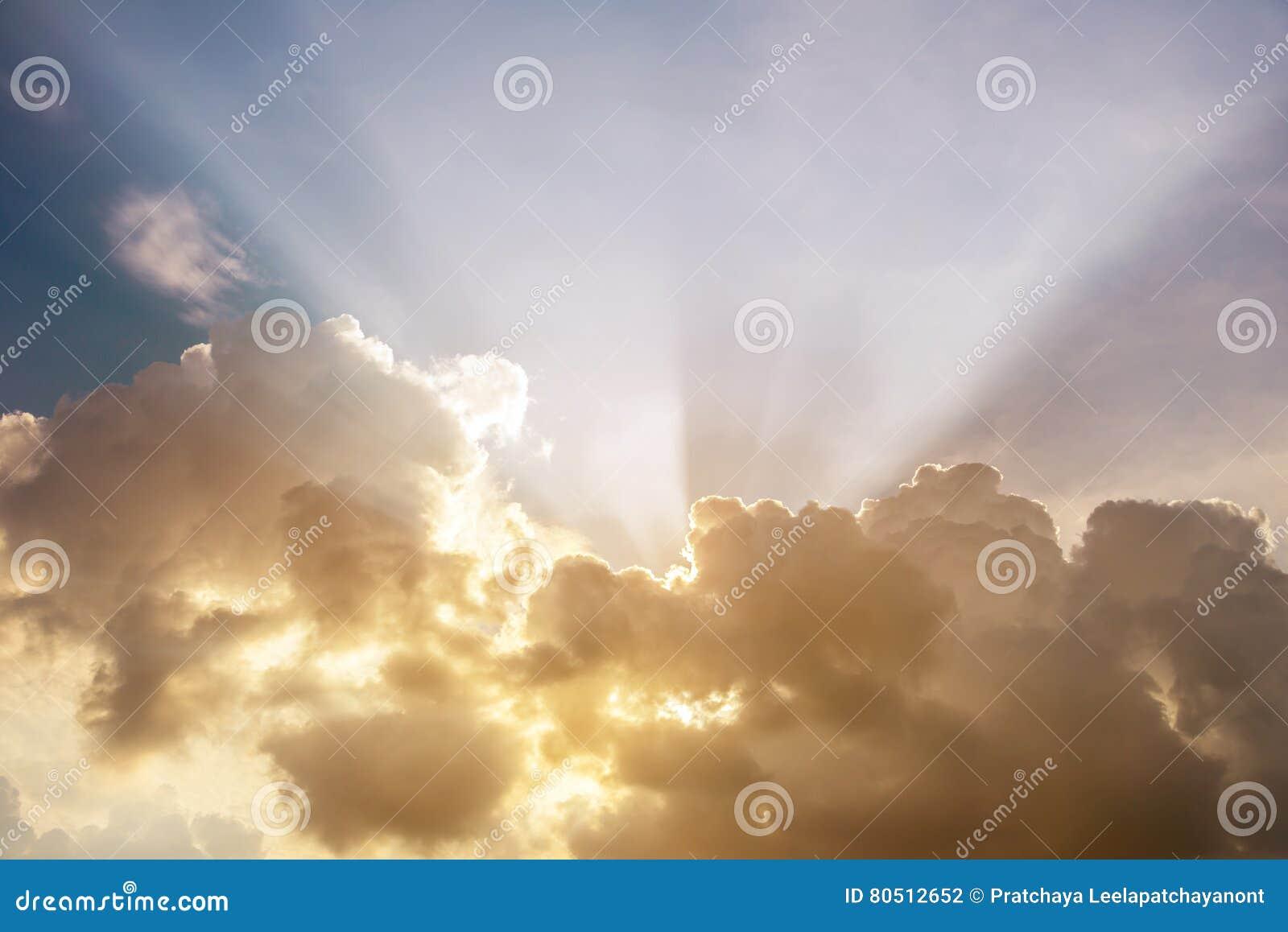 发光通过云彩的光