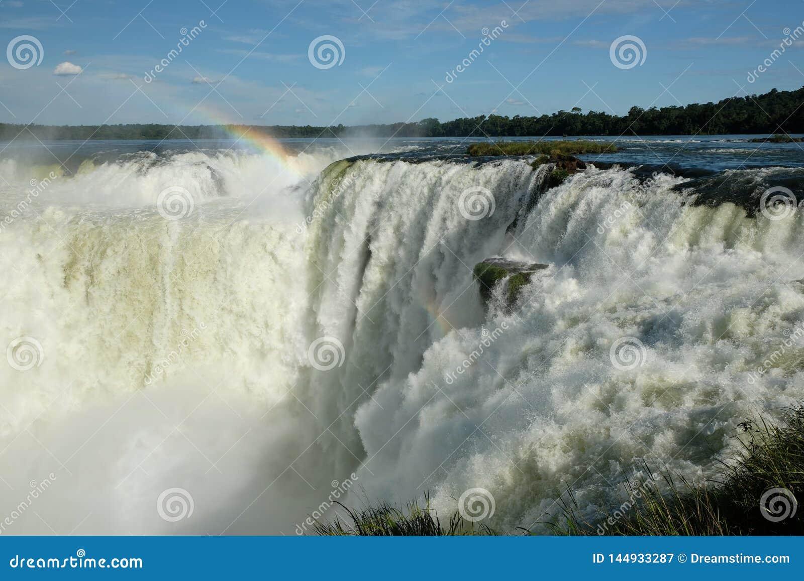 发怒的伊瓜苏瀑布,在彩虹下的阿根廷