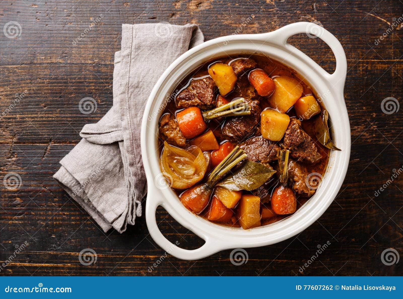 发牢骚肉炖用土豆、红萝卜和香料