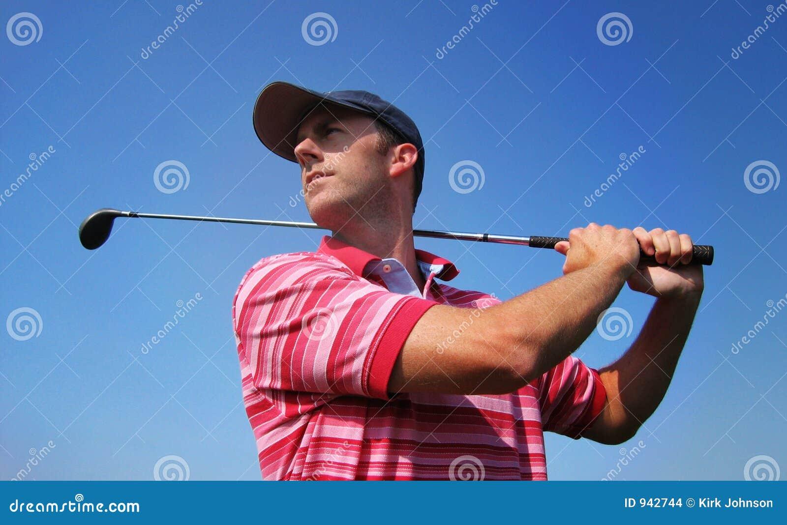 发球区域的高尔夫球运动员男