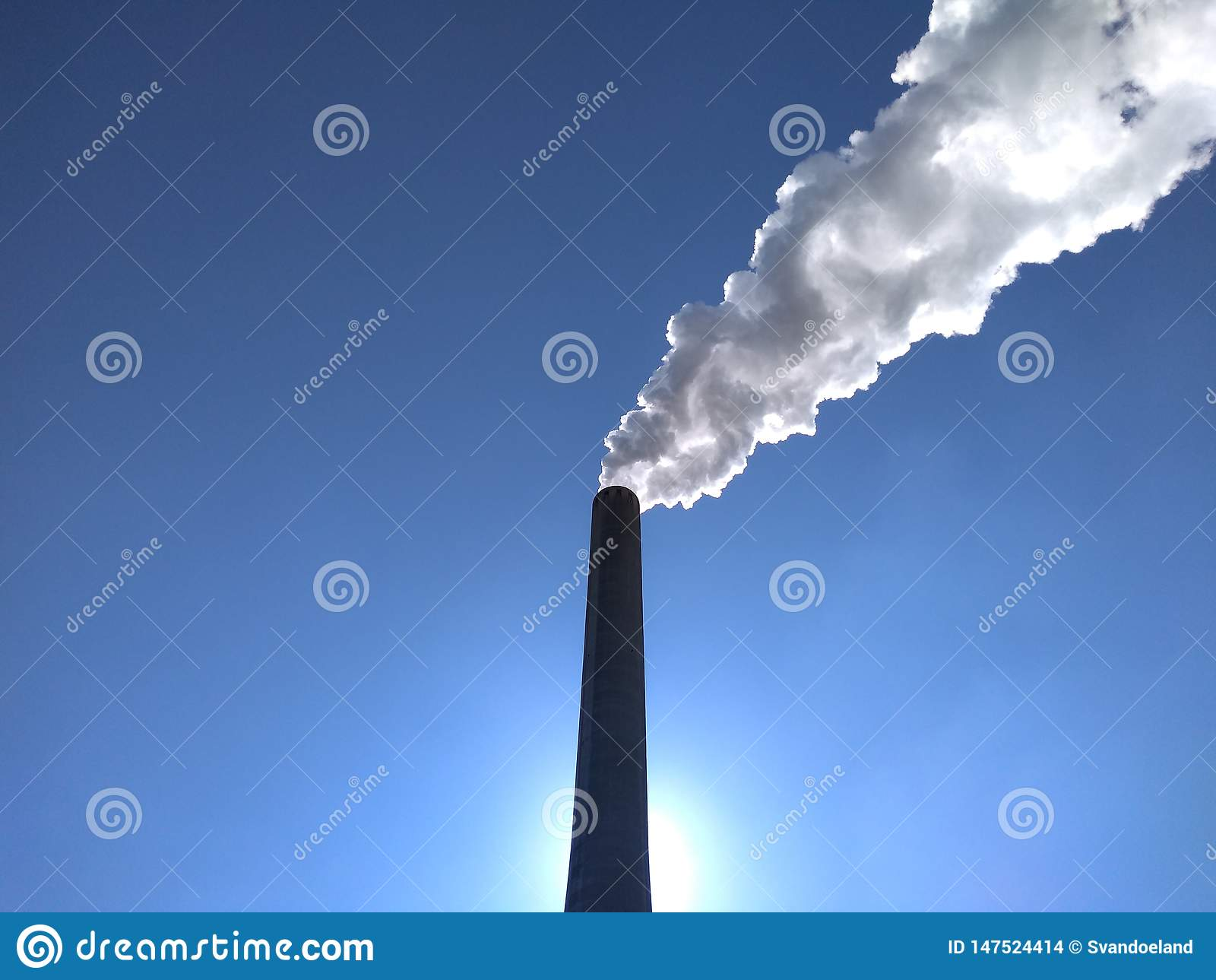 发电厂堆在阳光下