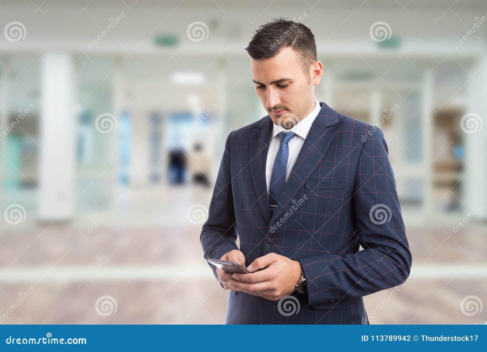 发短信在智能手机的年轻bussinesman或经理