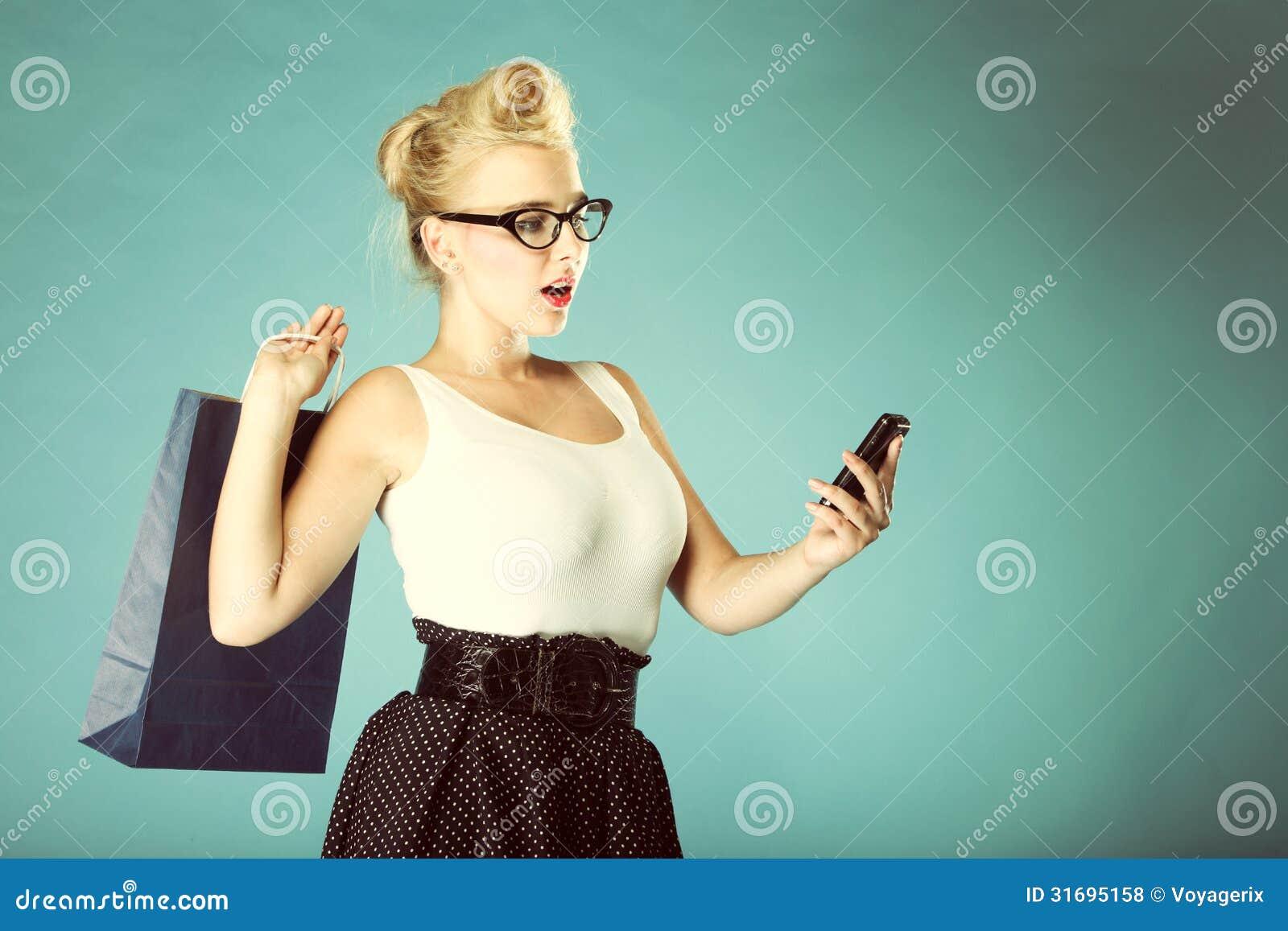 当�:,,_发短信的妇女,当看惊奇在电话时