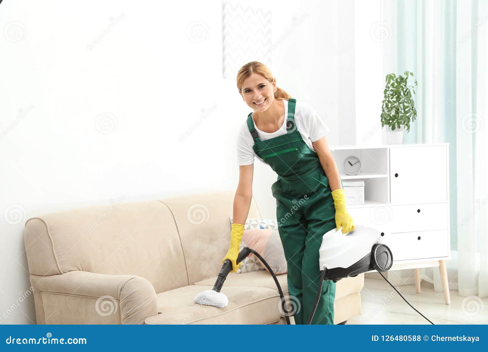 取消土的女性管理员从沙发