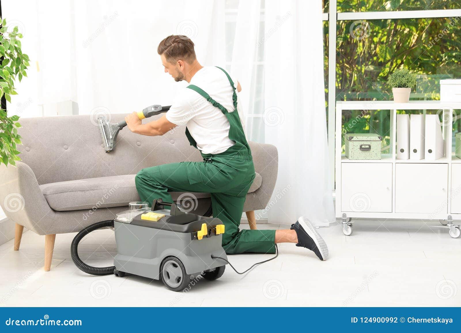 取消土的男性管理员从沙发