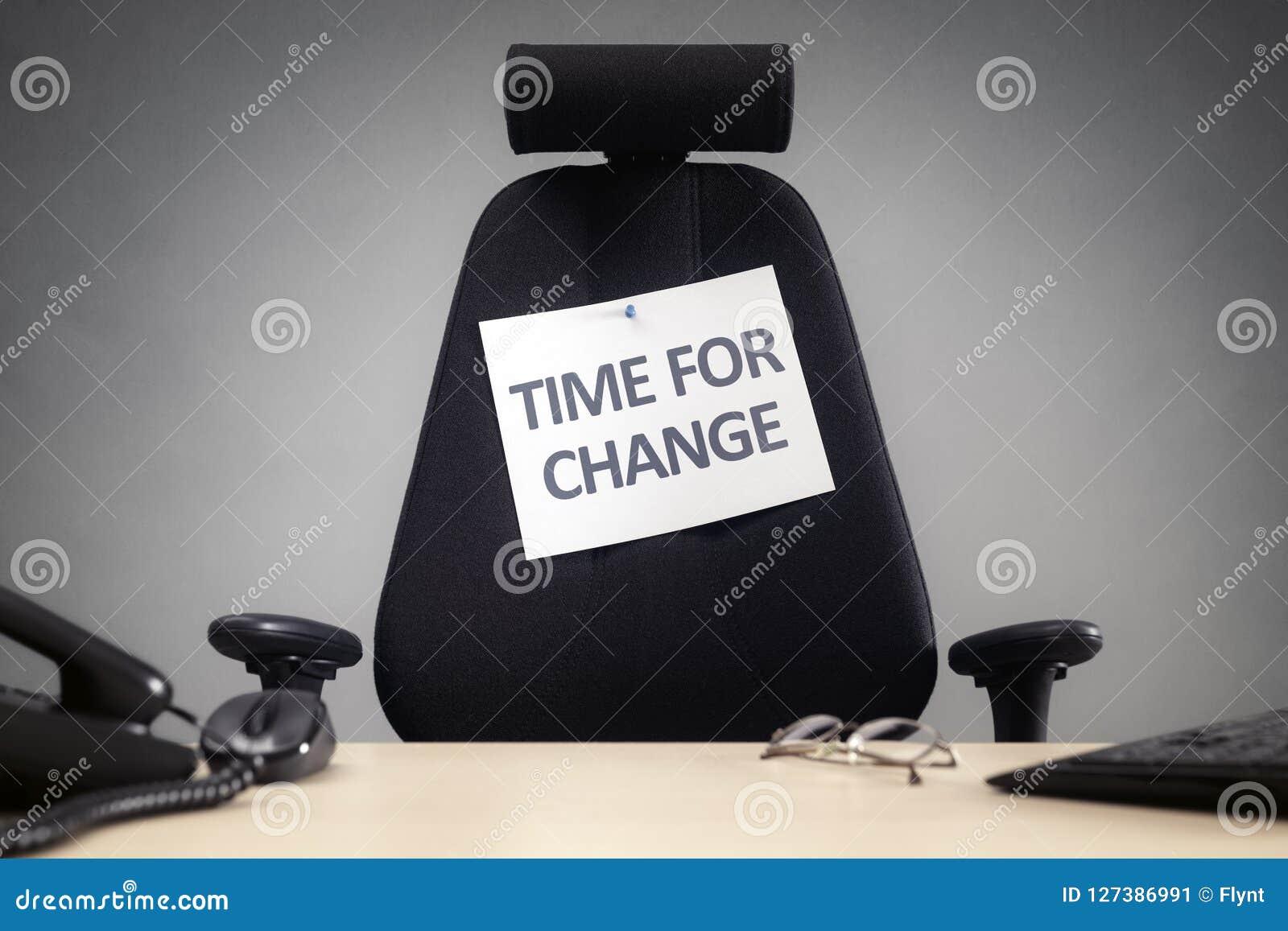 变动空的企业椅子的时刻与签到办公室