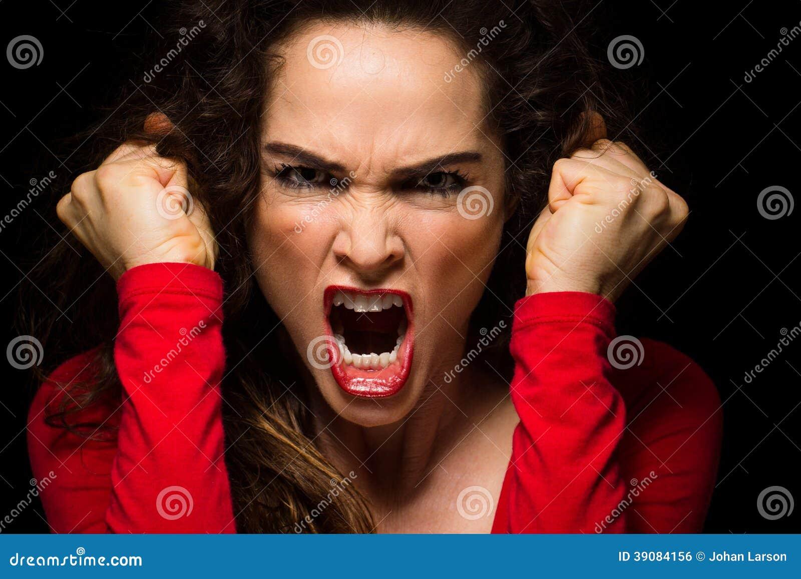 变化恼怒的妇女紧握拳头