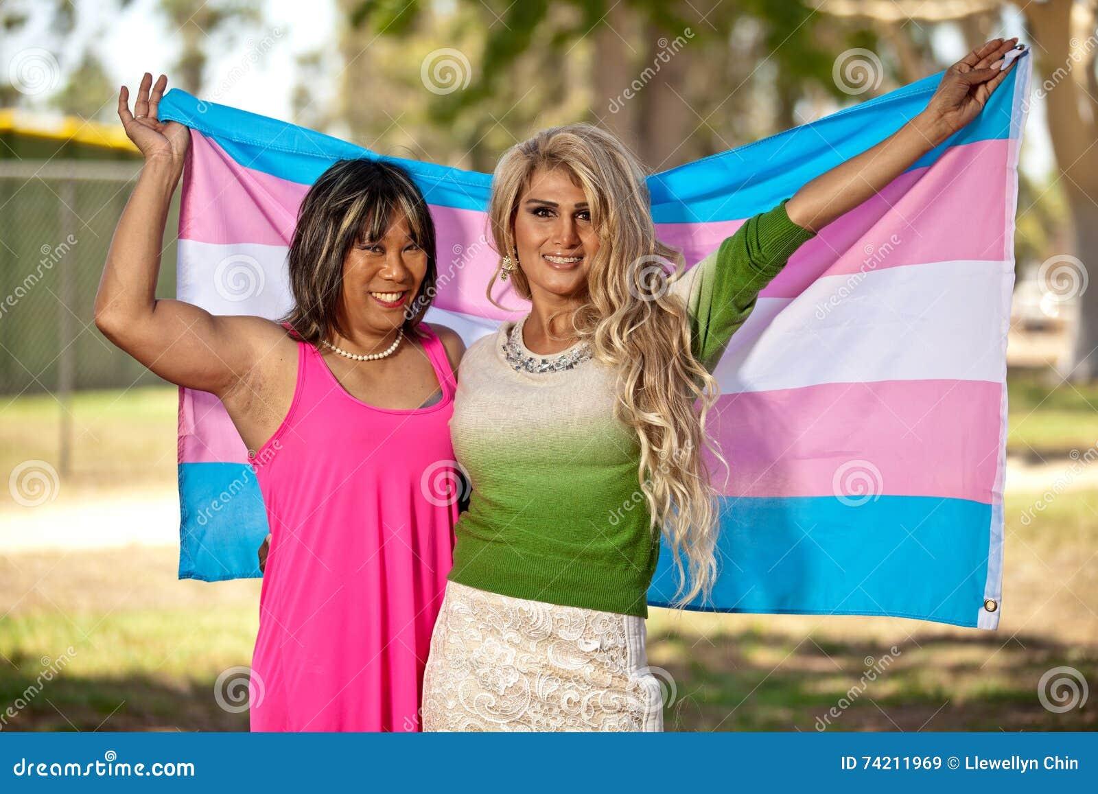 变性男性给骄傲地拿着自豪感旗子的女性