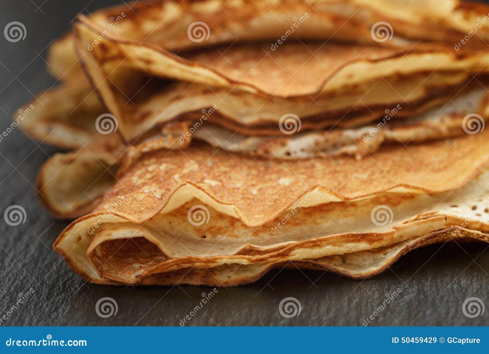 变薄在板岩的三角或俄式薄煎饼折叠的绉纱