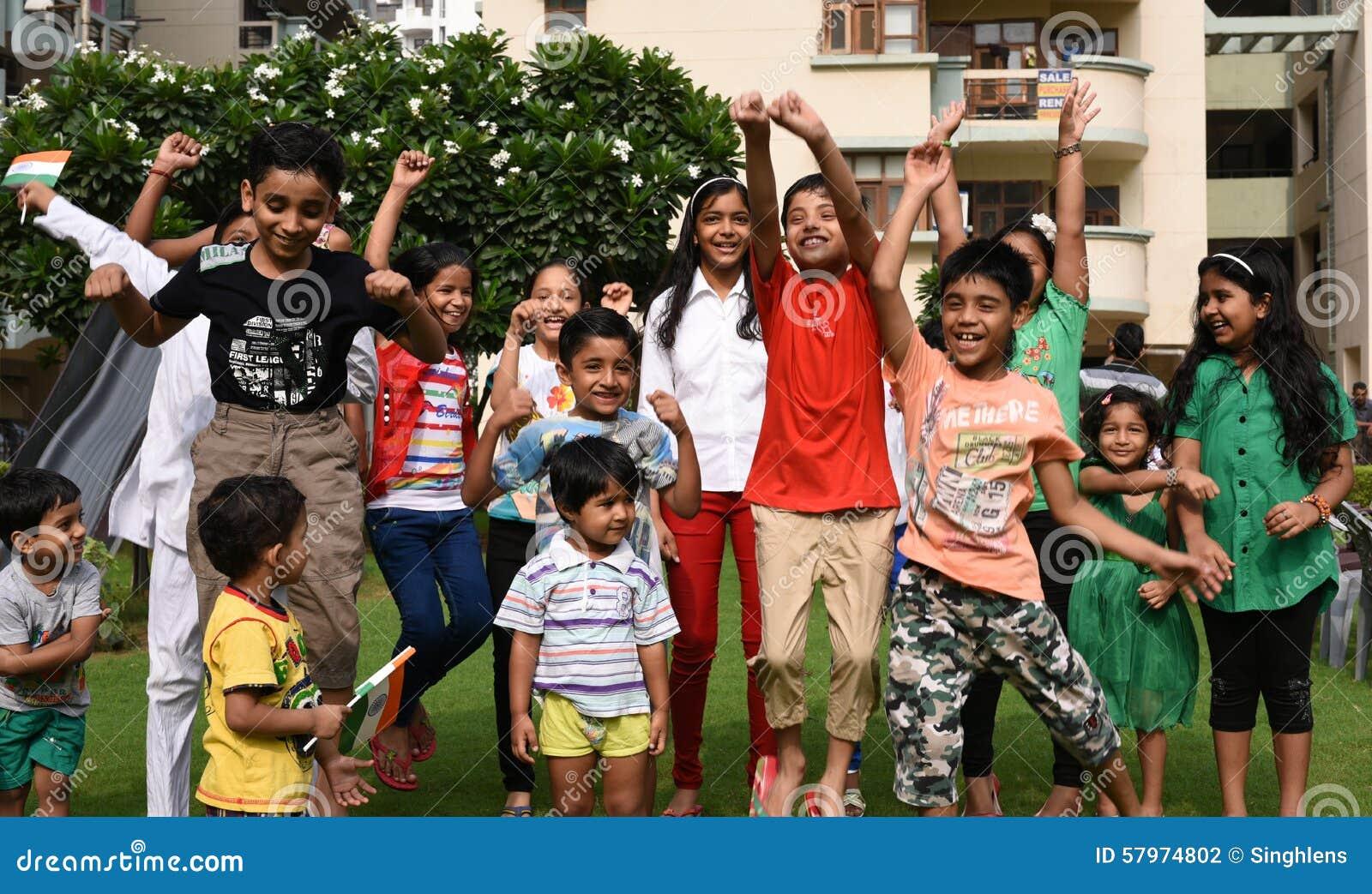 古尔冈,印度:2015年8月15日, :获得印度的青年时期庆祝和乐趣在印度的第69独立日