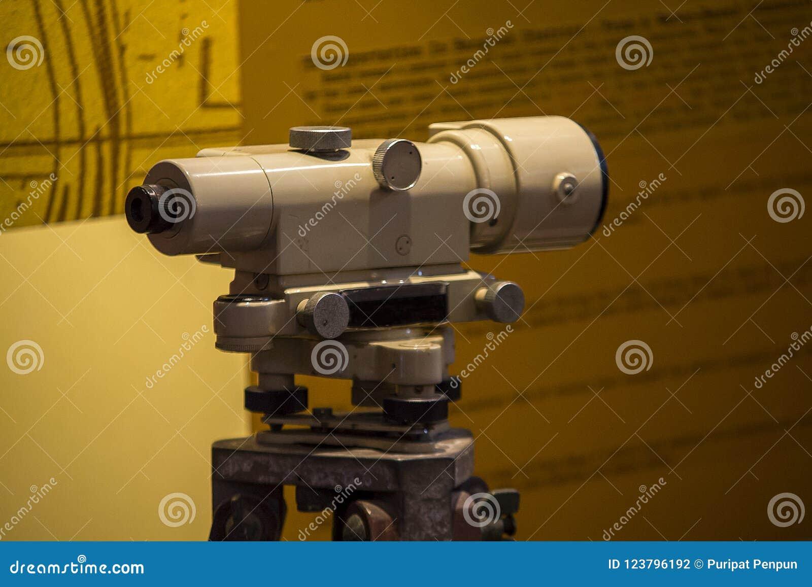 古板的经纬仪照相机用于探索土地