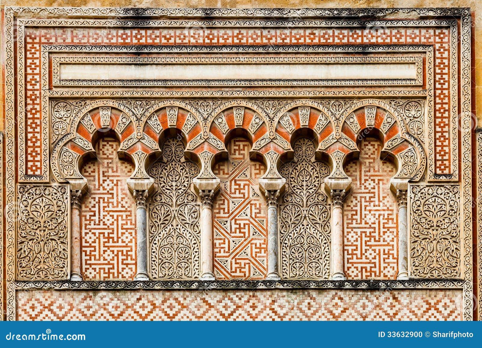 古老伊斯兰教的装饰细节与曲拱和柱子的在科多巴清真大寺的外部.图片