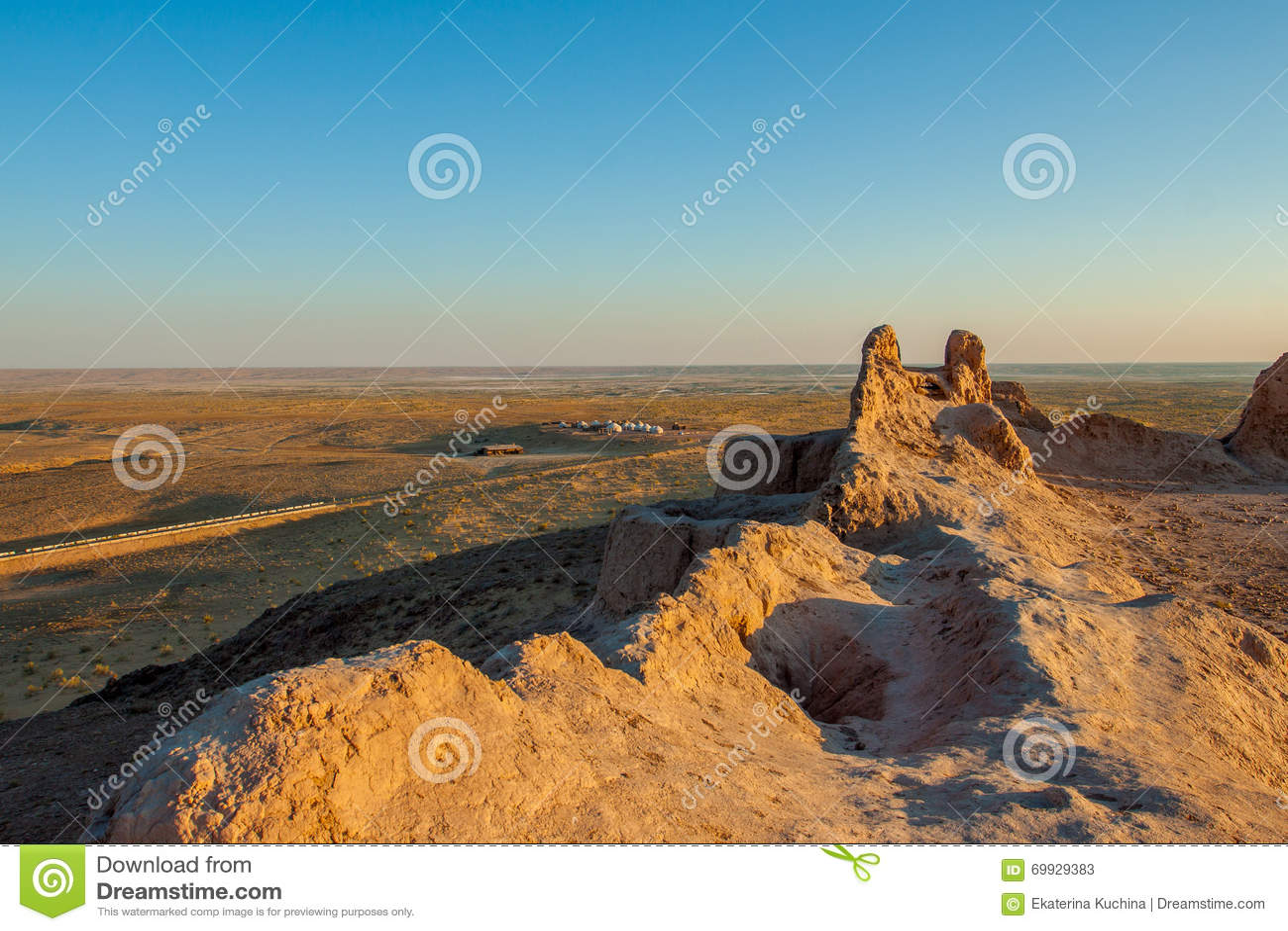 古老堡垒的墙壁在沙漠 乌兹别克斯坦