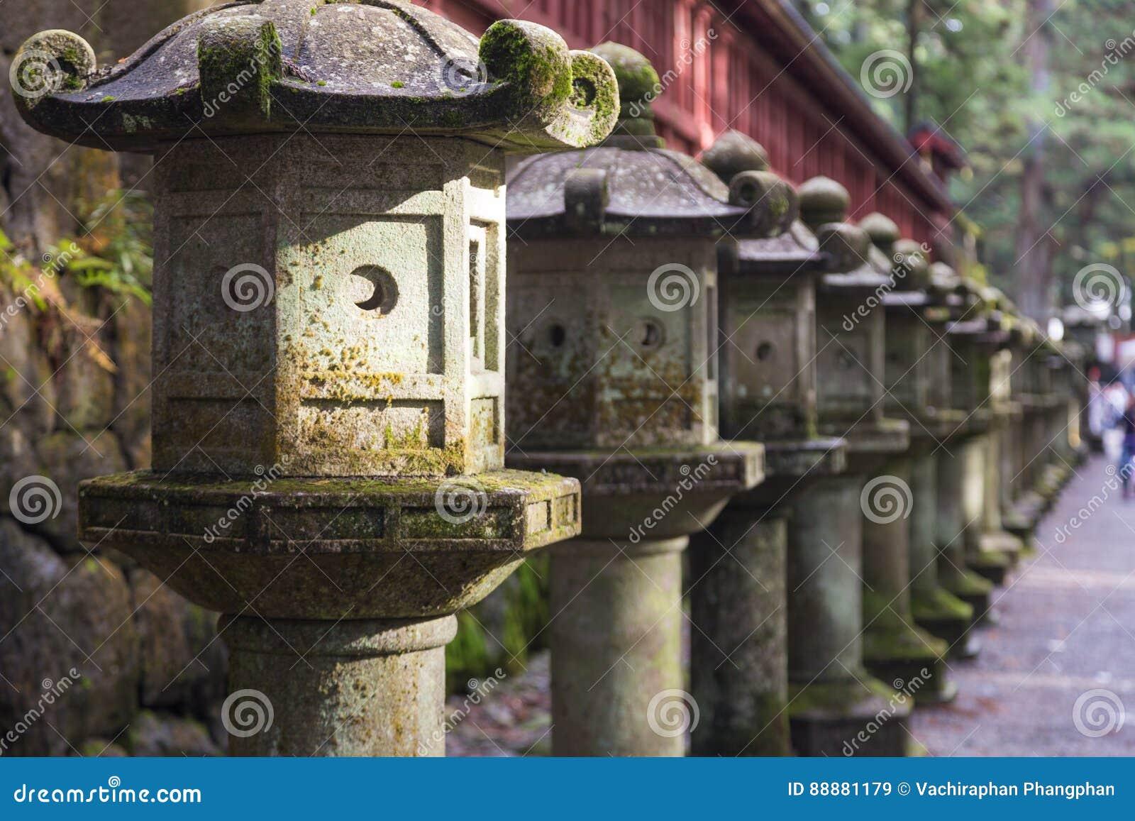 古老日本石灯笼