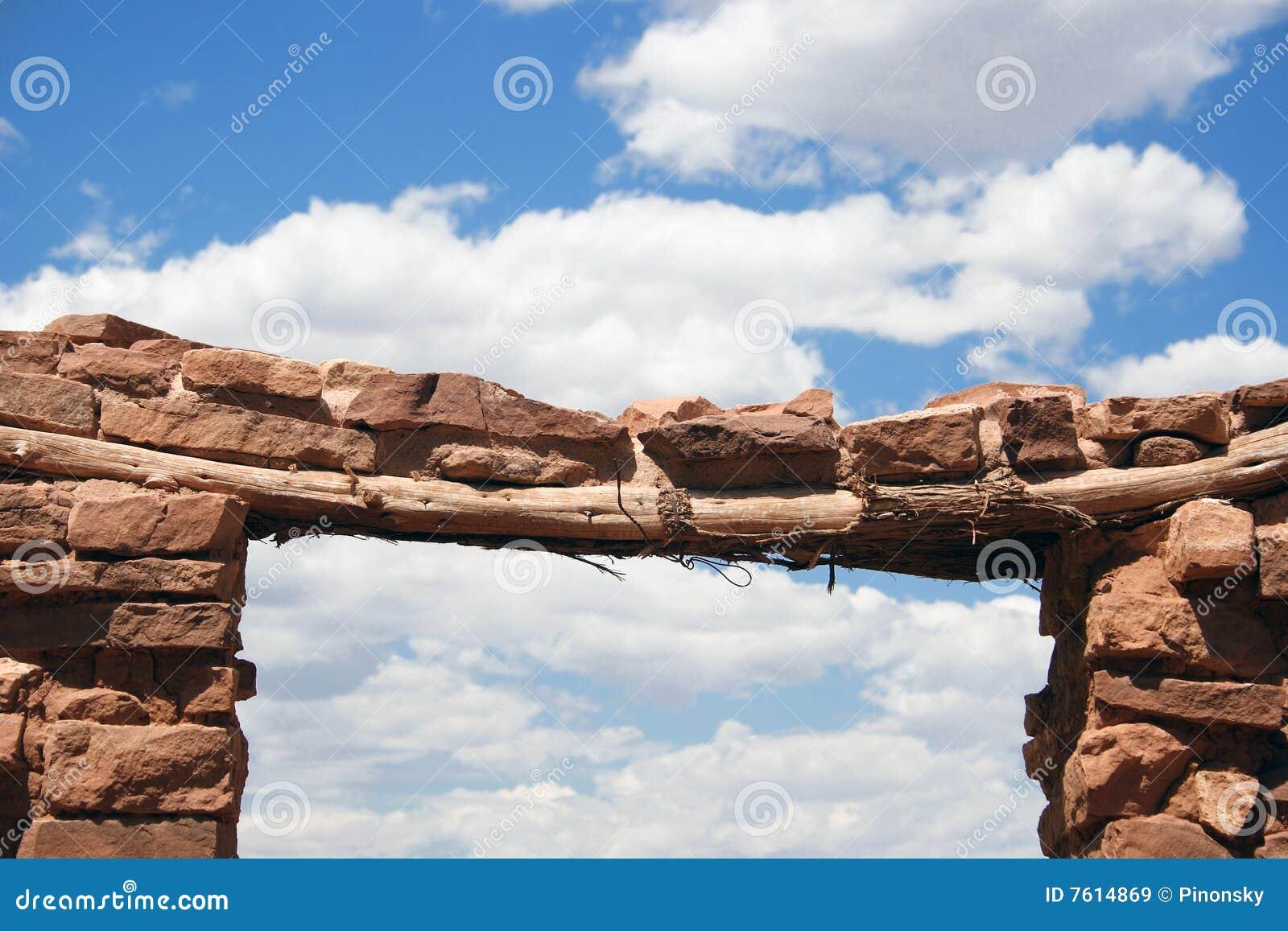 古老曲拱门道入口印第安镇废墟