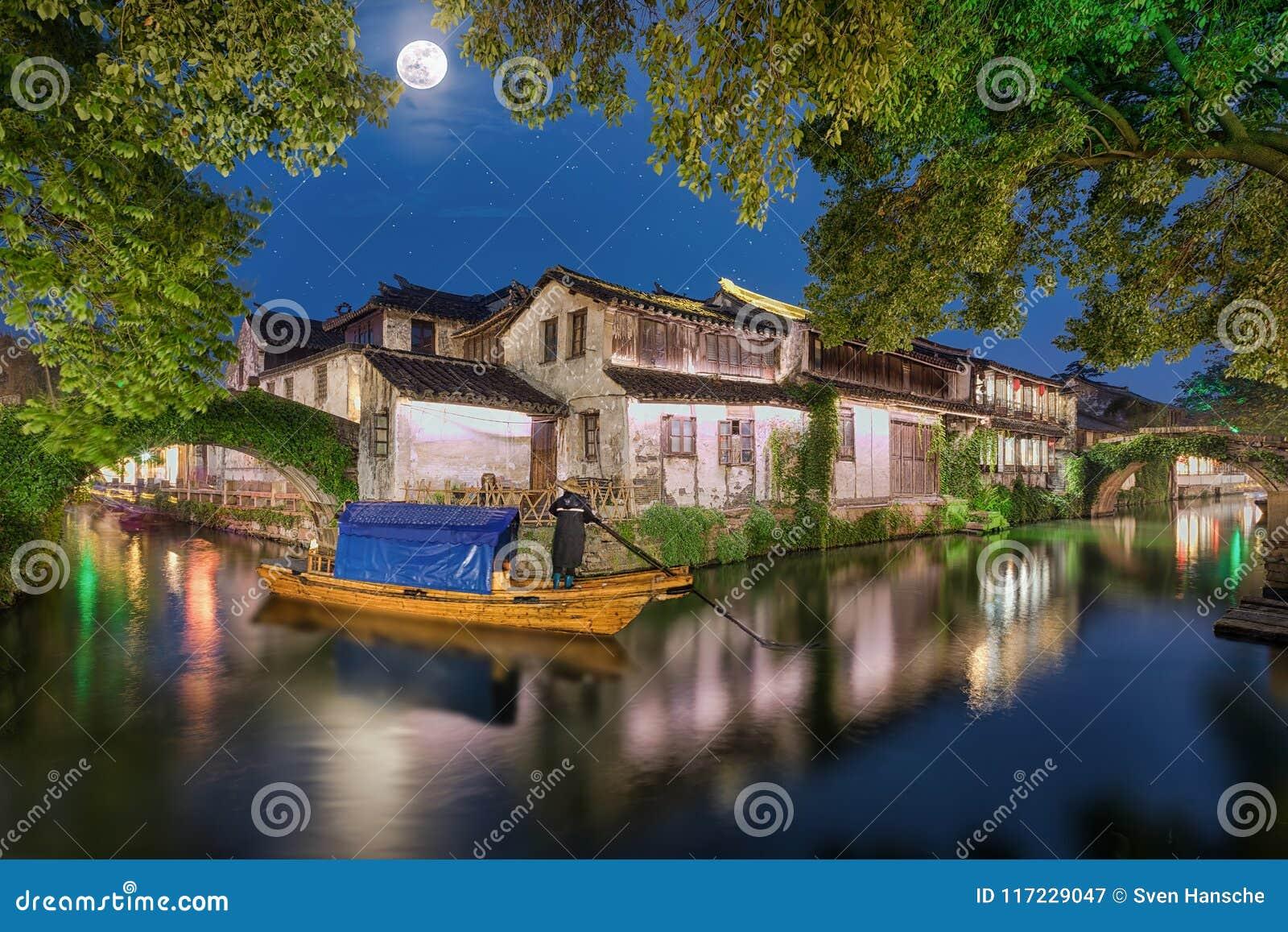 古老沃特敦周庄在有满月的中国