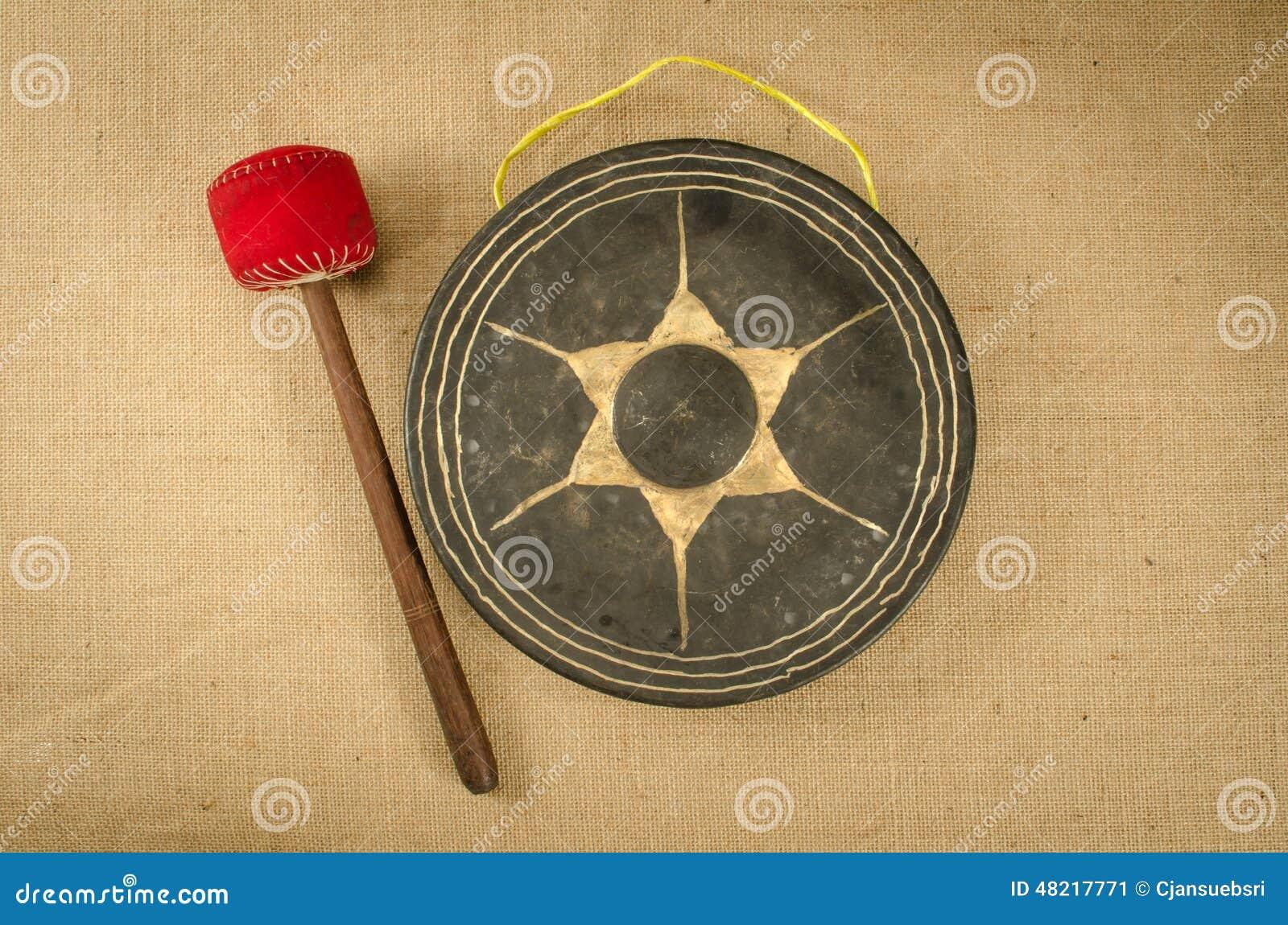 茧形大衣制版�_古老泰国锣的图象在棕色大袋背景的.