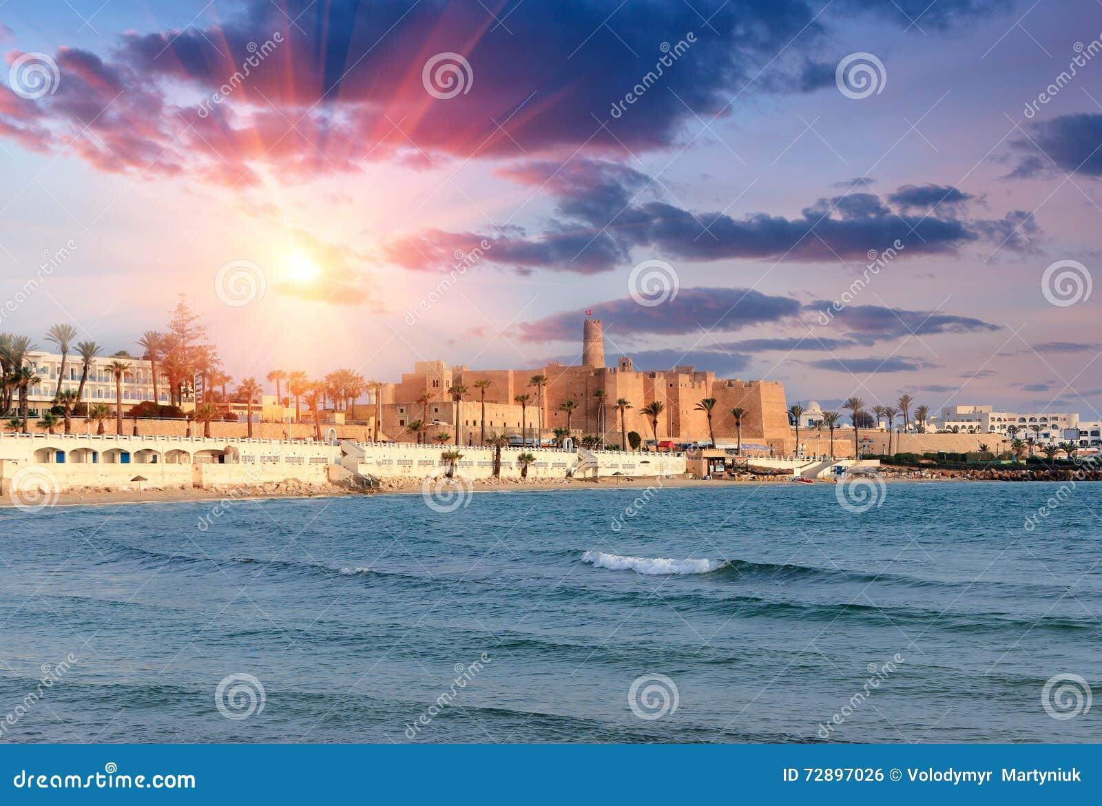 古老Ribat堡垒的美丽的景色日落的 突尼斯