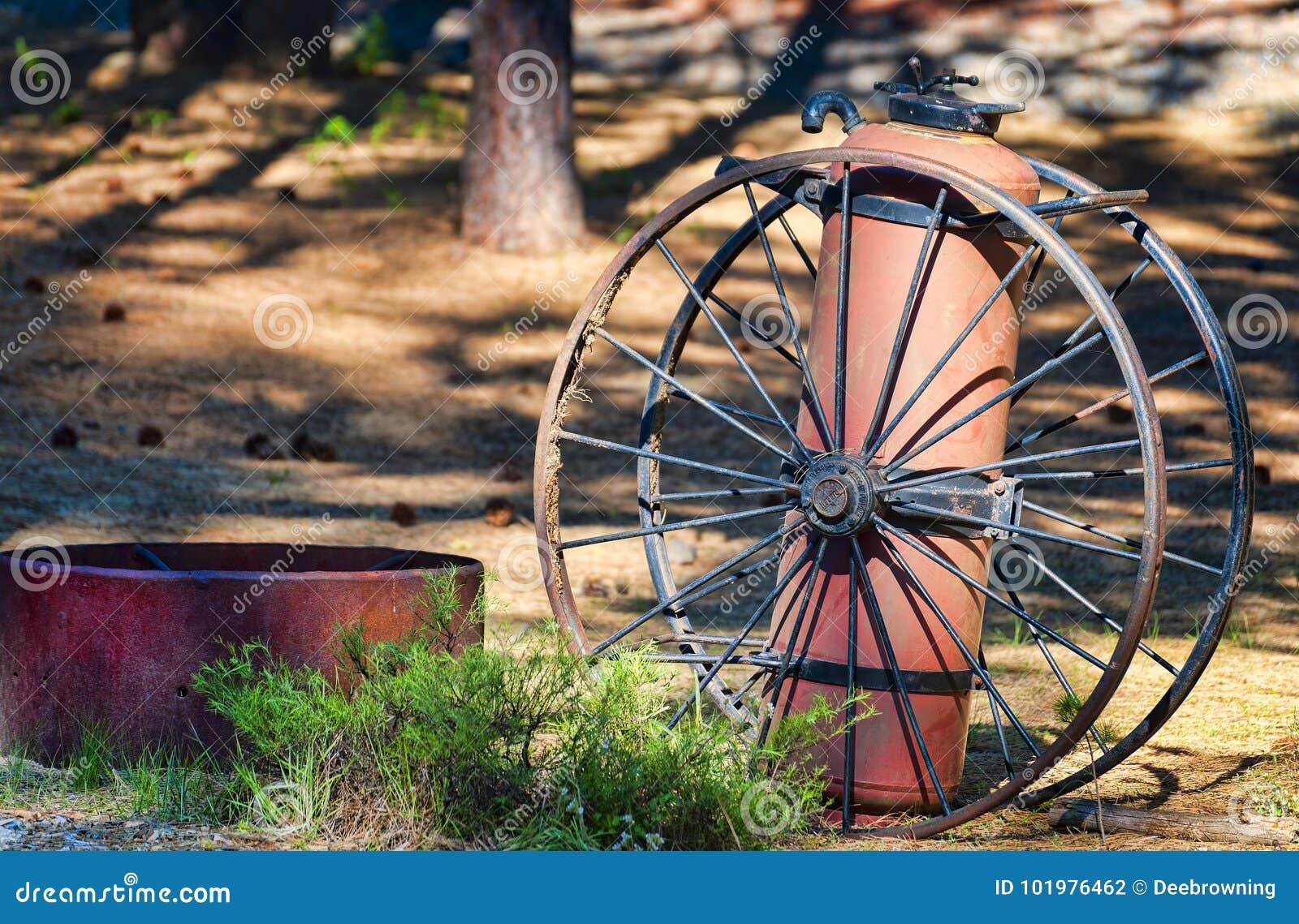 古色古香的灭火器和马车车轮