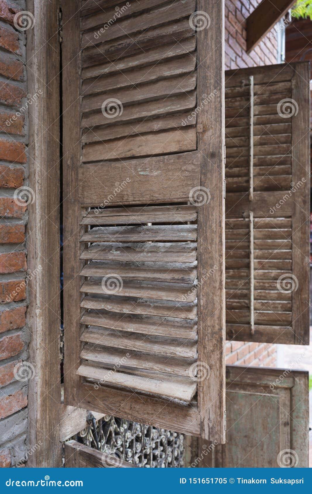 古色古香的老木与砖墙的窗口葡萄酒减速火箭的样式