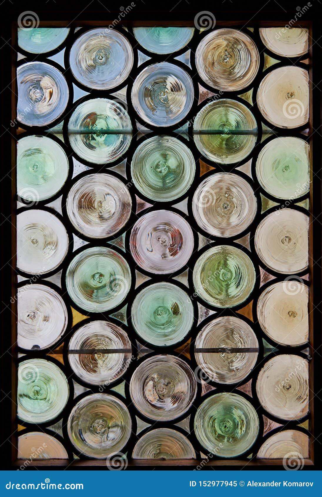 古色古香的行间空格特别大的污迹玻璃窗