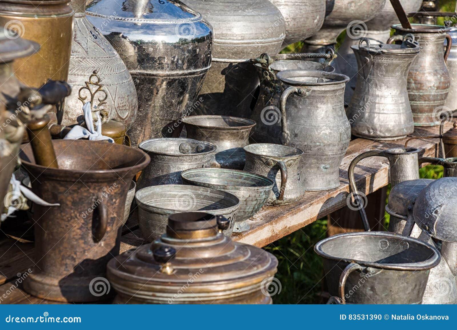 古色古香的水罐和盘