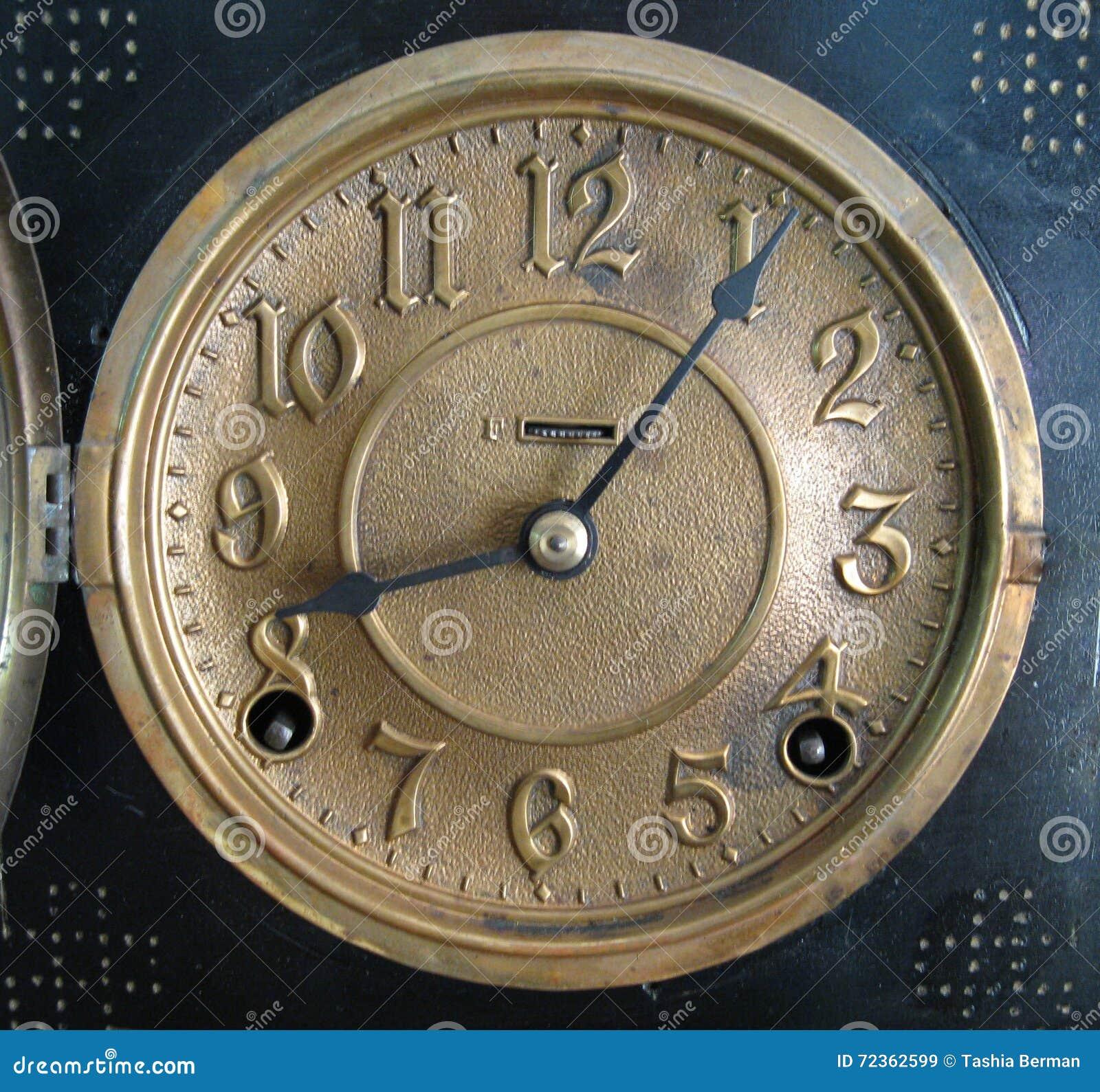 古色古香的黄铜时钟表盘
