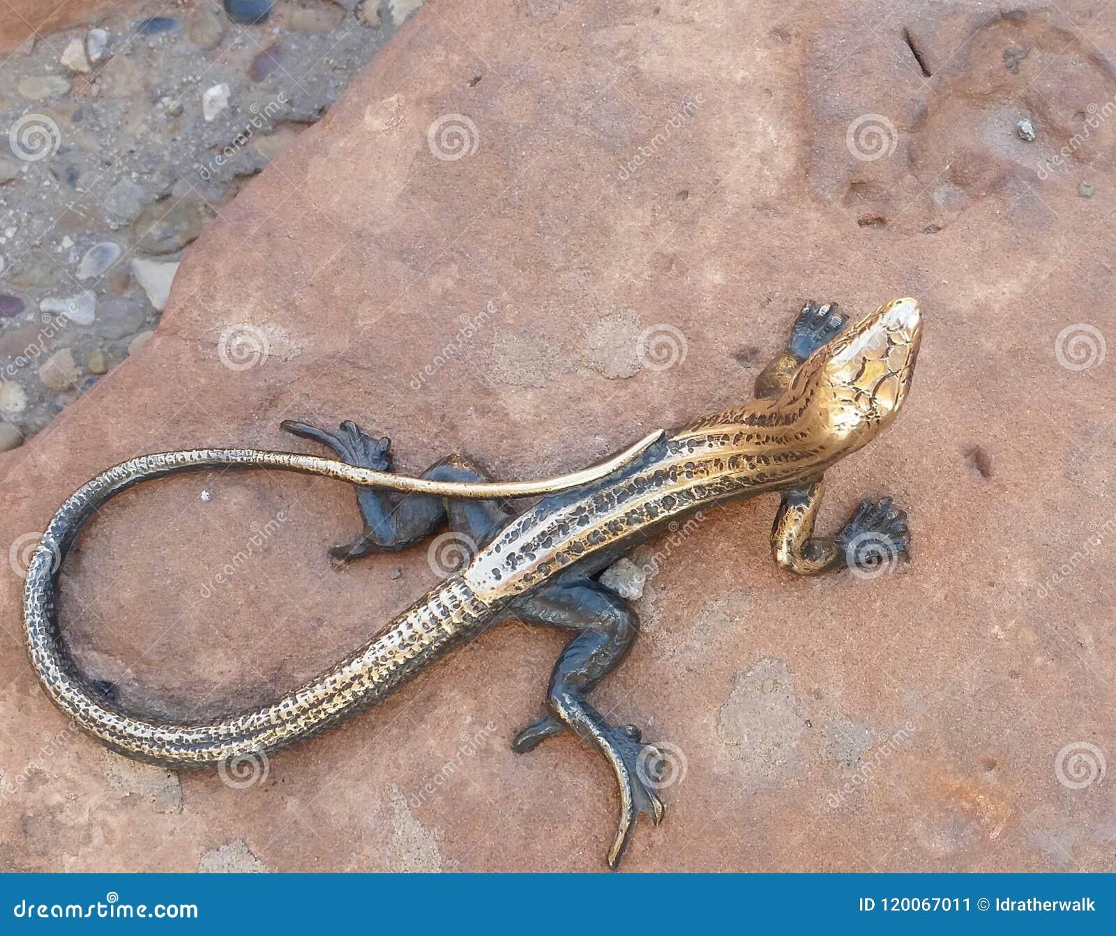 古铜色蜥蜴雕象在拱门国家公园访客中心