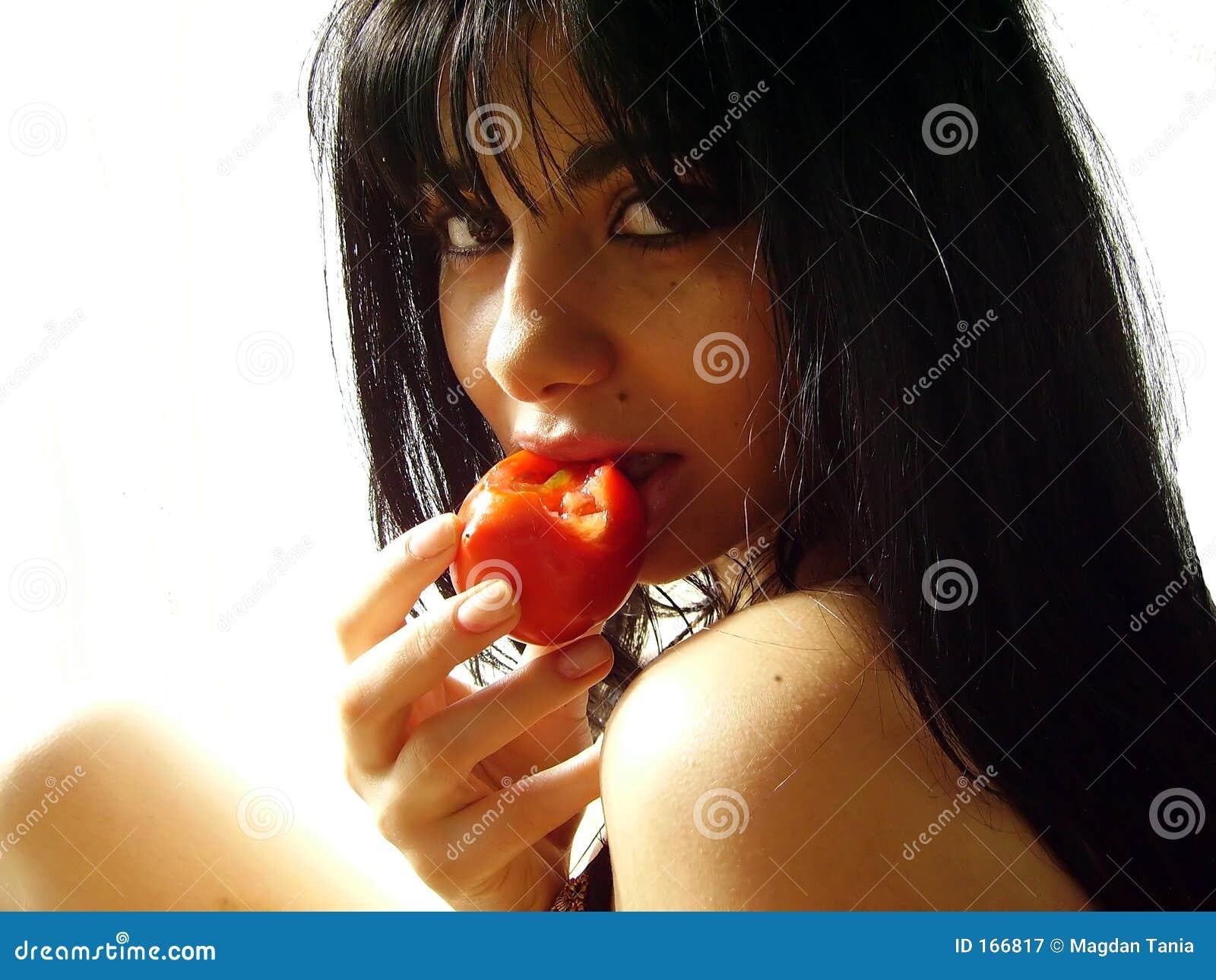 叮咬女孩蕃茄