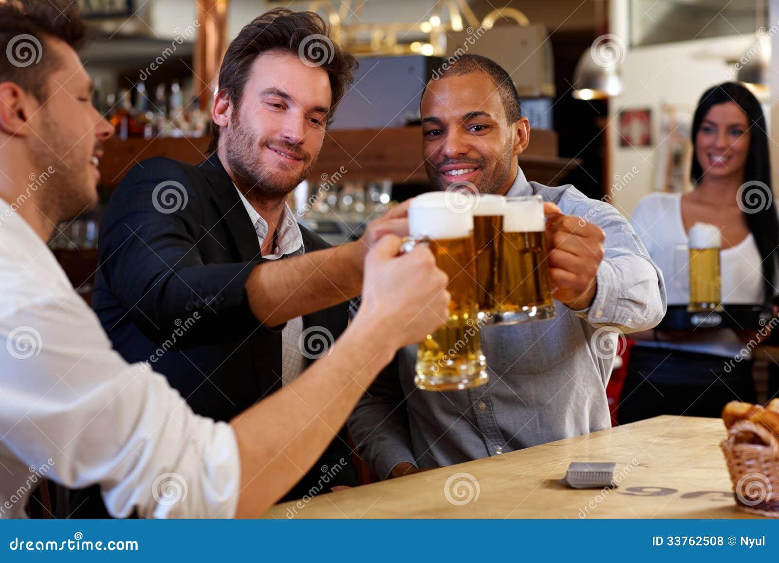 叮当响与啤酒杯的朋友在客栈