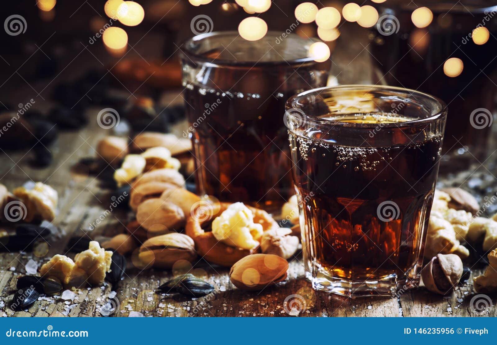 可乐玻璃,甜和美味快餐,老木桌,不健康的食物,选择聚焦