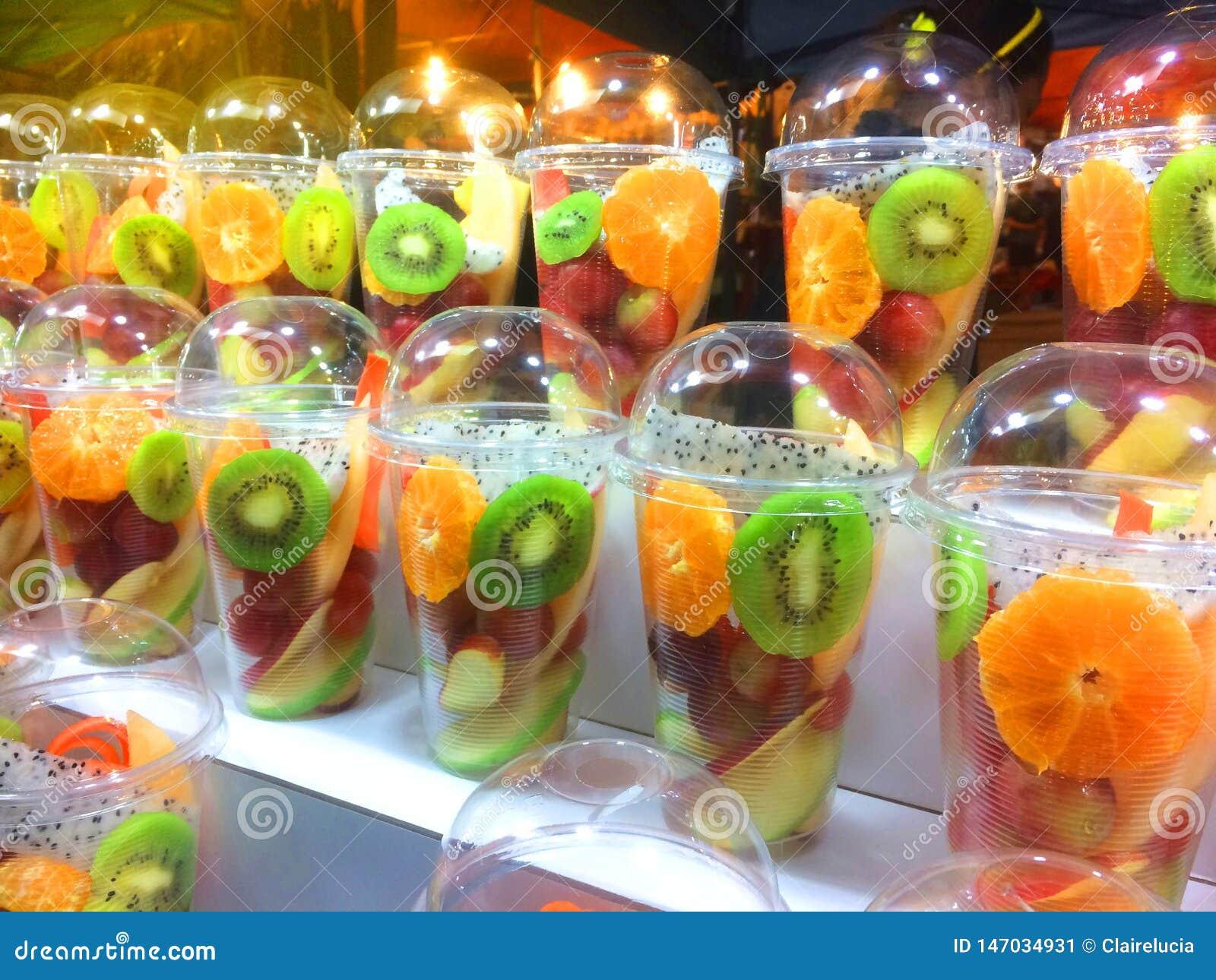 可口新鲜切了在塑胶容器,旅馆,餐馆,健康食品的热带水果
