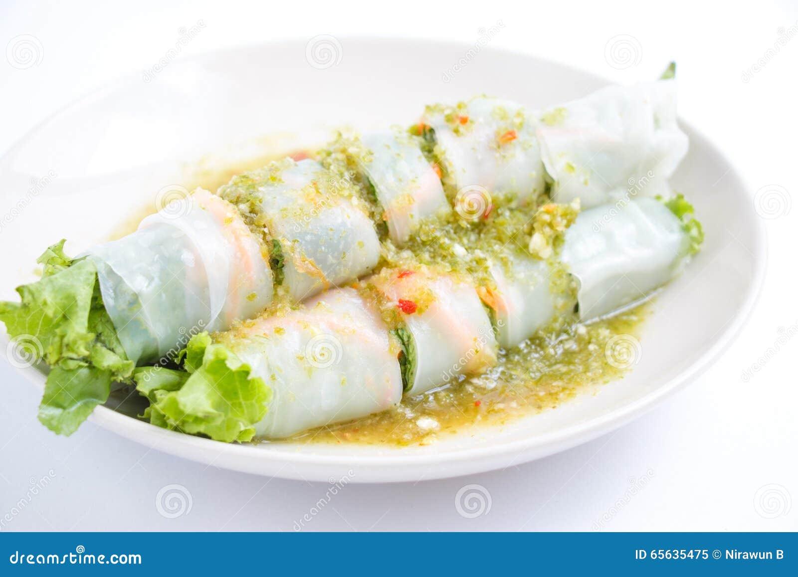 可口油煎的饺子酥脆用辣调味汁
