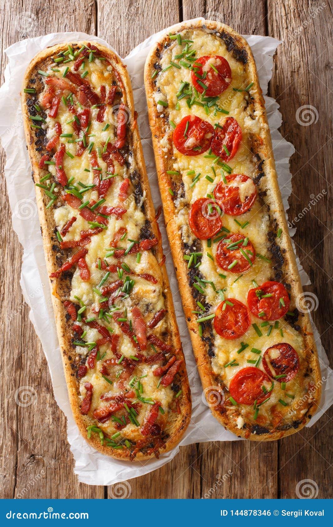 可口砂锅三明治用烟肉、蘑菇、蕃茄和无盐干酪乳酪特写镜头 垂直的看法上面