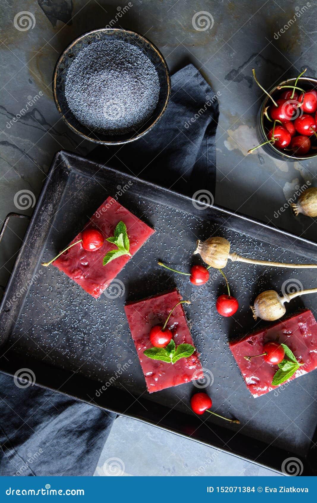 可口罂粟种子蛋糕用樱桃乳蛋糕