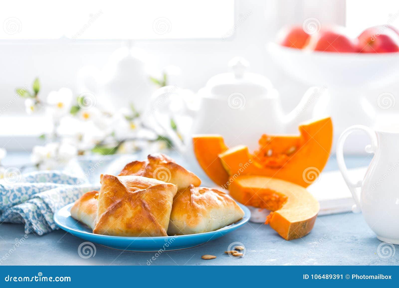 可口自创烘烤 小馅饼用在白色背景的新鲜的南瓜