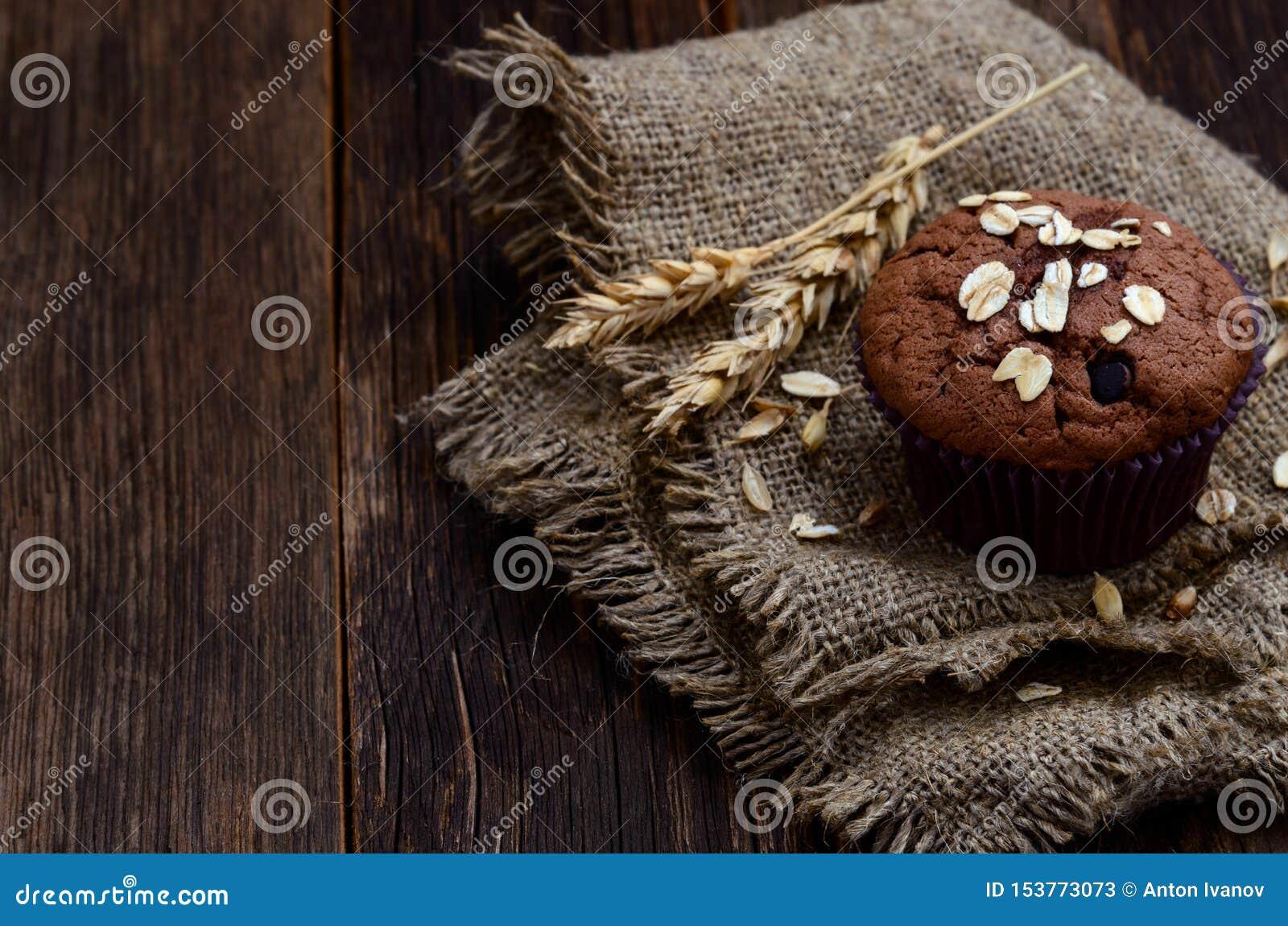 可可粉和巧克力片松饼在麻袋布