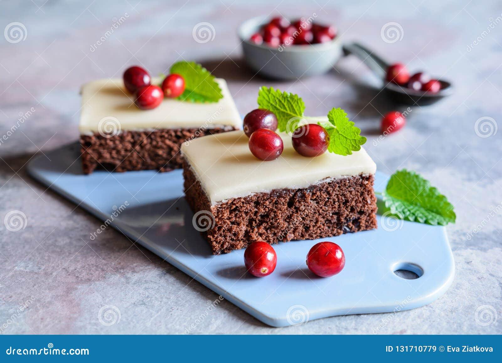 可可粉蛋糕用蔓越桔和小杏仁饼釉