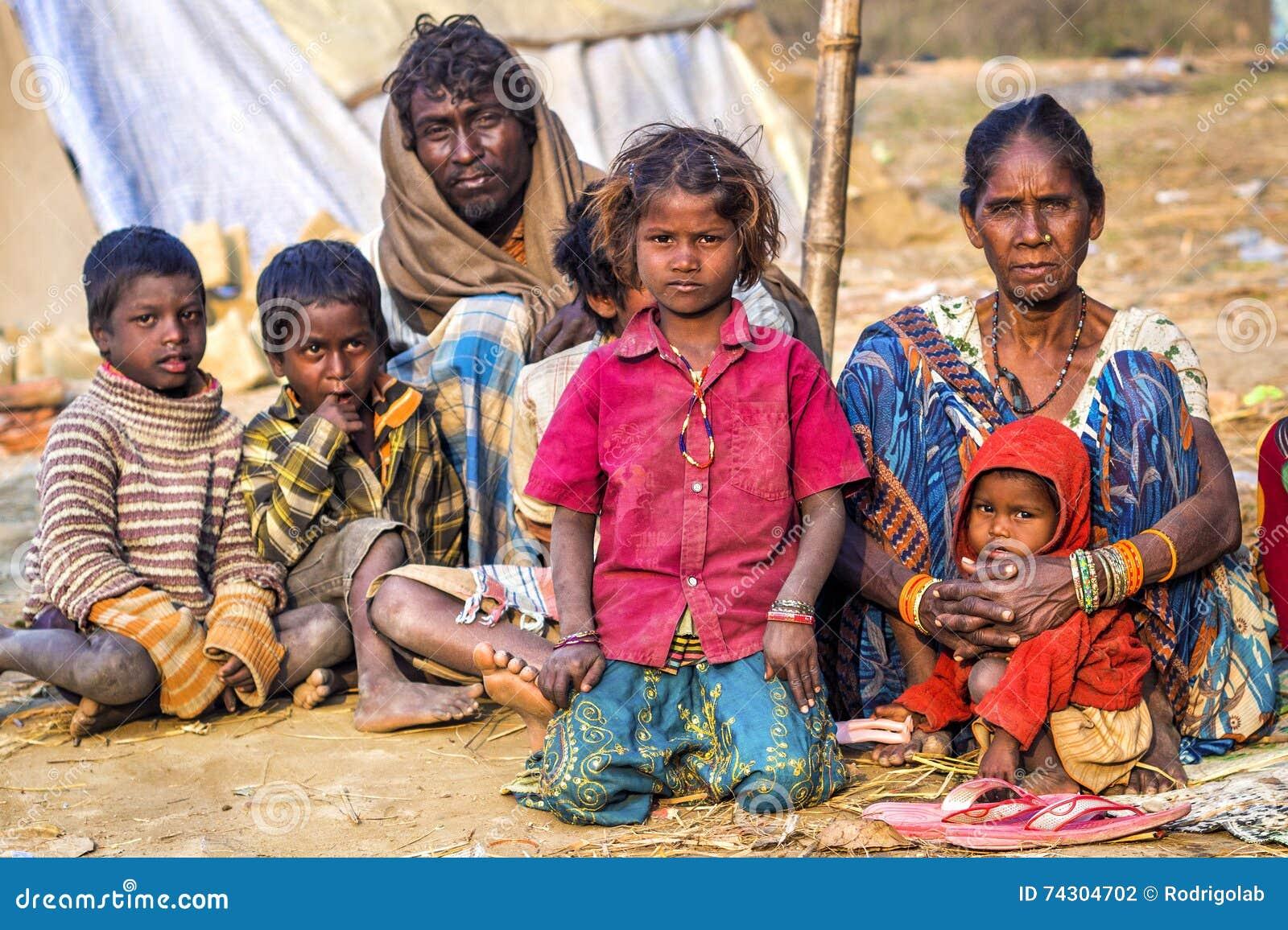 可怜的印地安家庭乞求在街道上在安拉阿巴德,印度