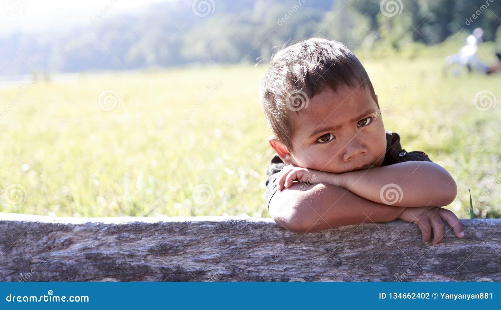 可怜的孩子画象从巴厘岛,印度尼西亚的一个农村部分的