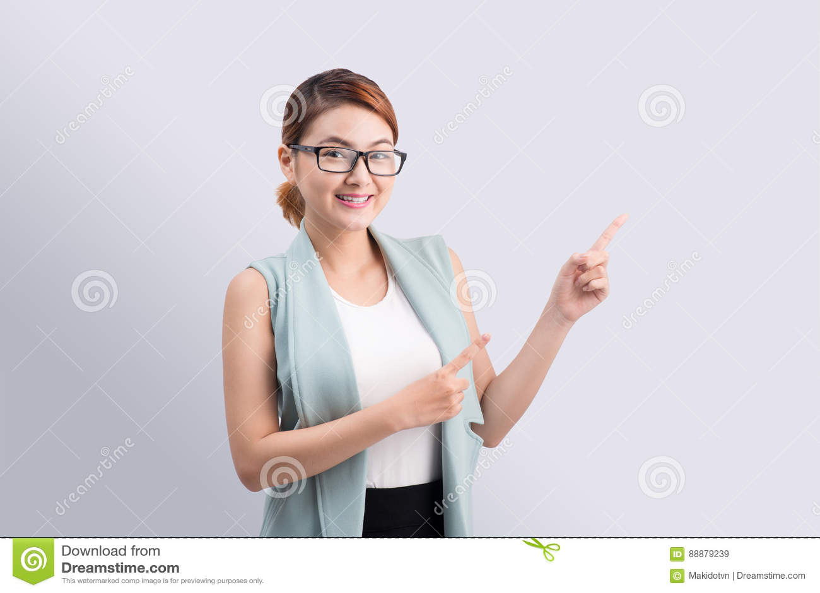 年轻可爱的亚裔女实业家指向在gre的手指