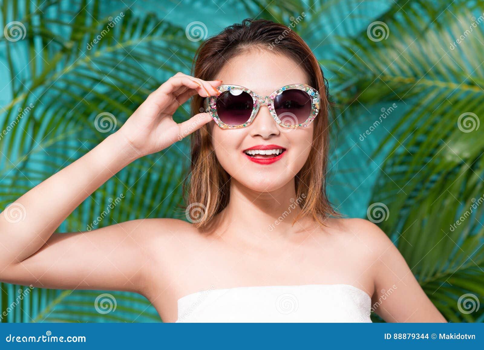 年轻可爱的亚裔妇女五颜六色的画象性感的礼服的
