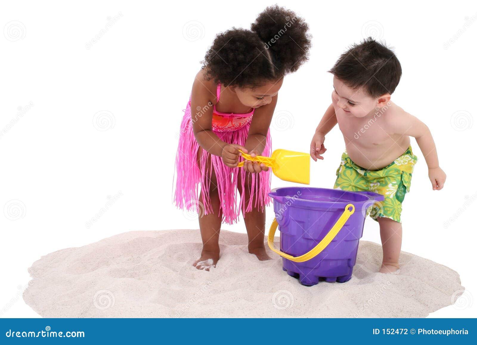 可爱的使用的沙子小孩