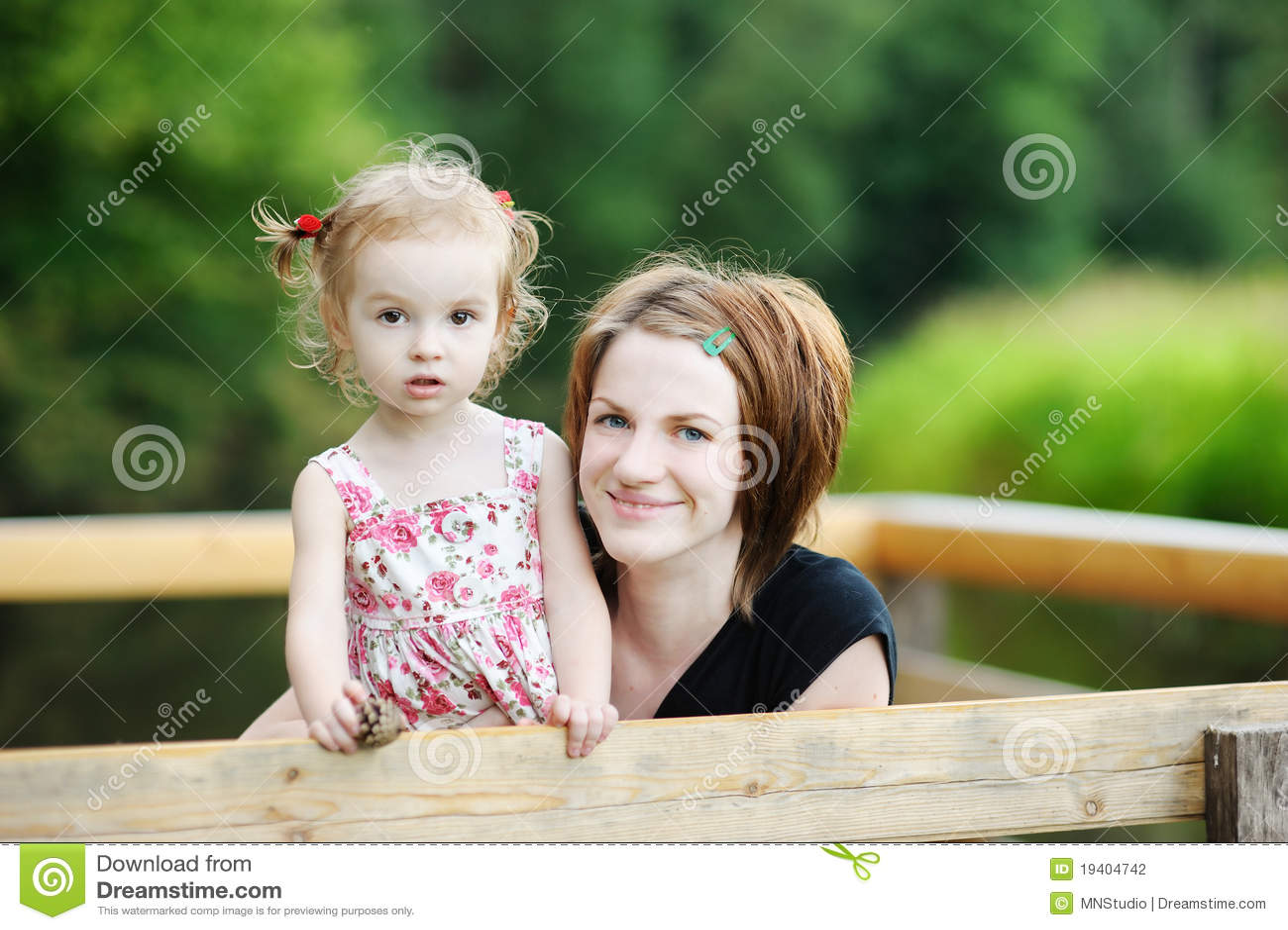 可爱的女孩她的藏品母亲年轻人