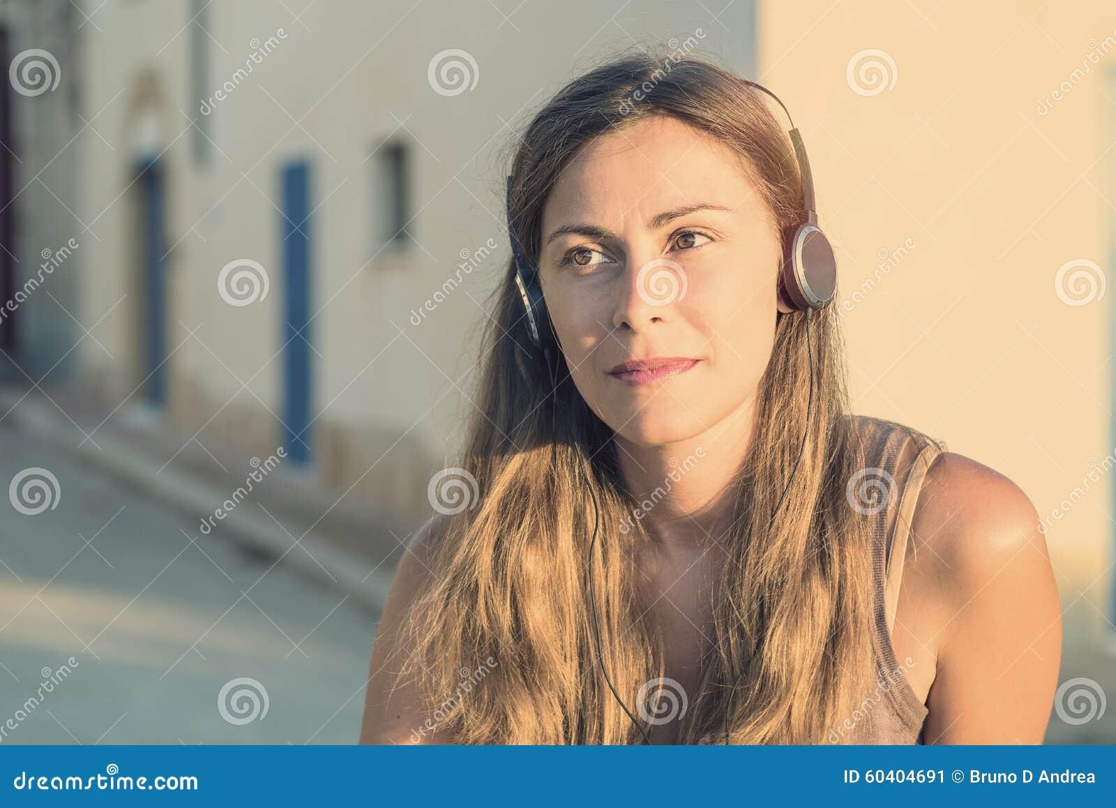 年轻可爱的女孩画象都市背景听的